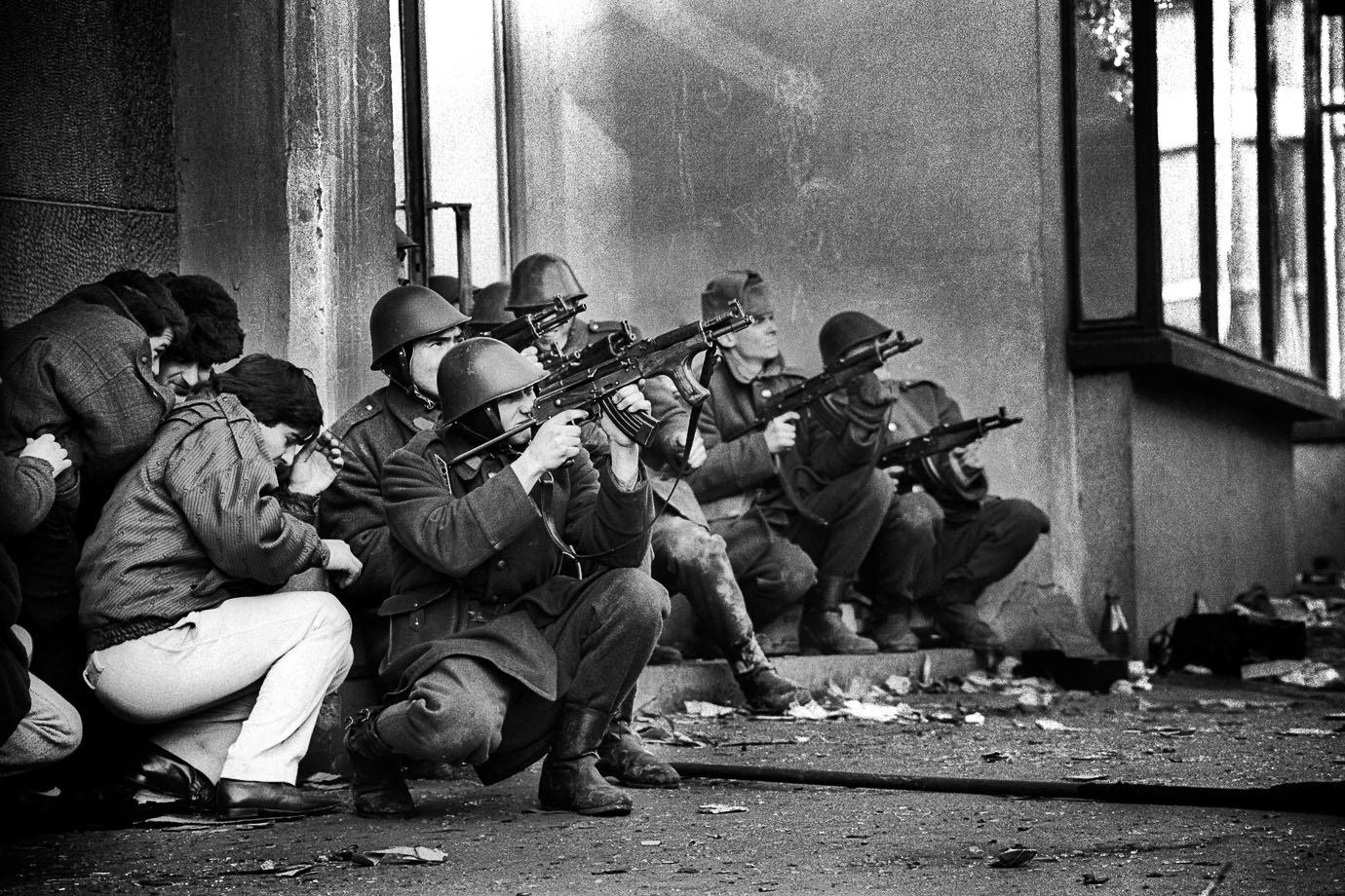 După 30 de ani de când am ținut o armă în mână și credeam că teroriștii coboară din troleibuz