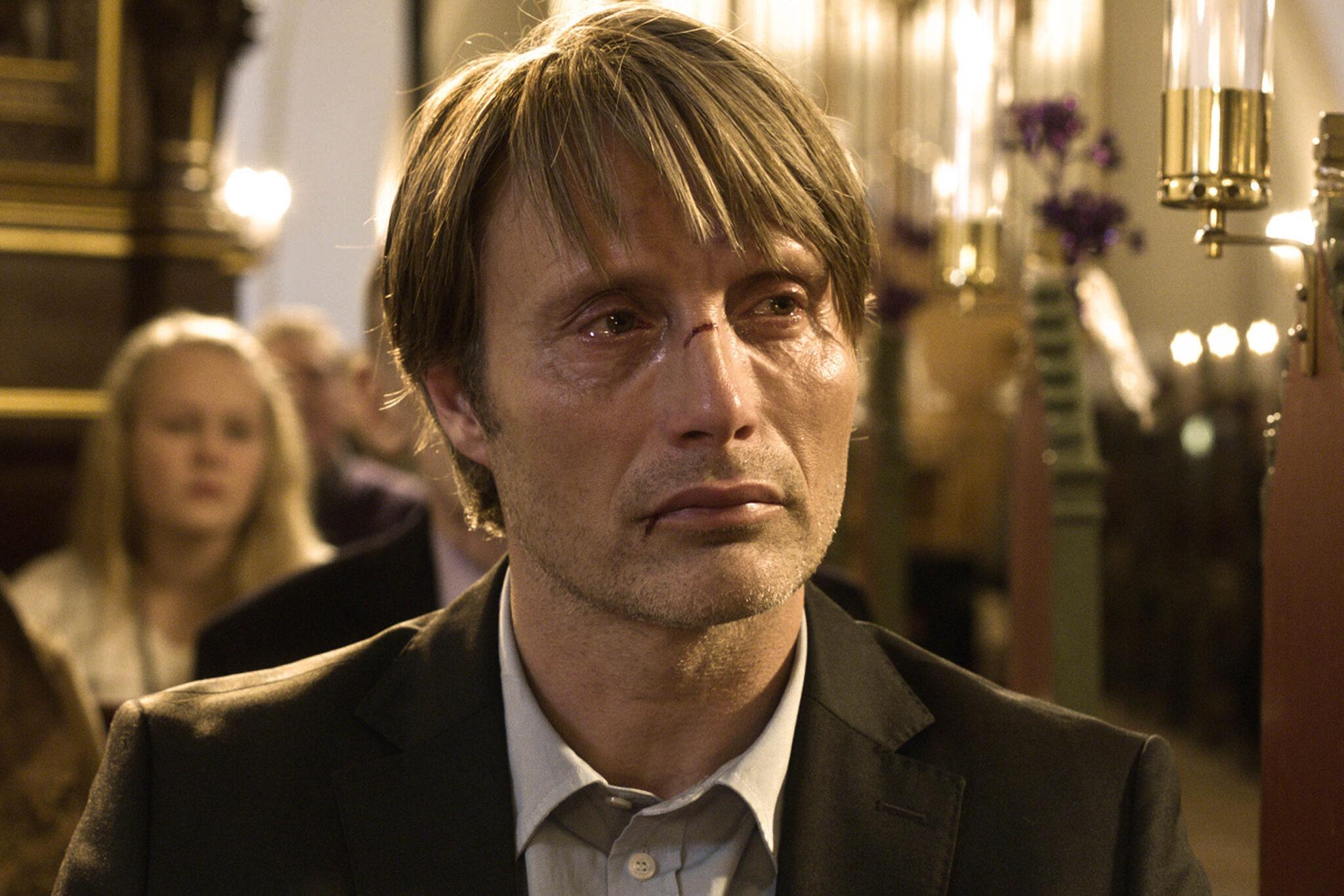 """Filmul """"The Hunt"""" cu Mads Mikkelsen- sau unde pot duce îndoiala, bârfa și naivitatea"""
